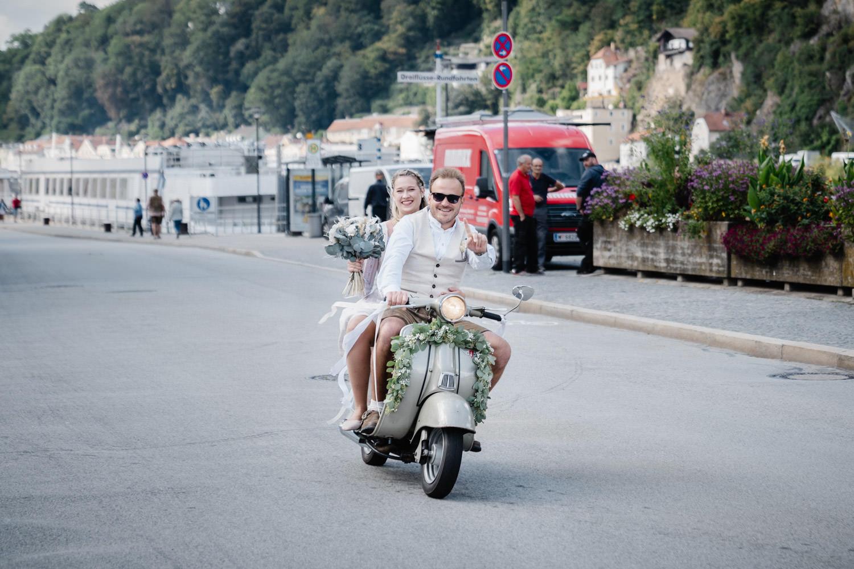 Hochzeit im Standesamt Passau, Brautpaar kommt mit dem Roller zur Trauung