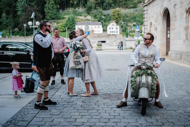 Hochzeit im Standesamt Passau, Brautpaar wird von den ersten Gästen empfangen