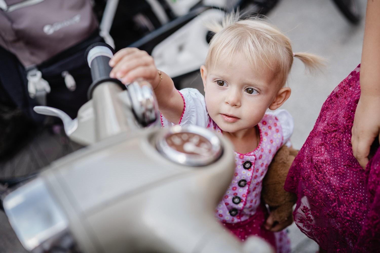 Hochzeit im Standesamt Passau, kleines Mädchen berührt den Roller
