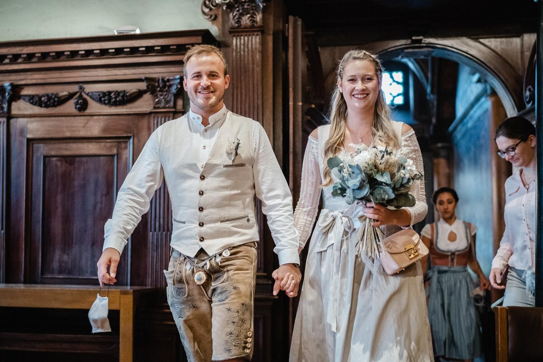 Hochzeit im Standesamt Passau, Brautpaar zieht Hand in Hand in den kleinen Rathaussaal ein