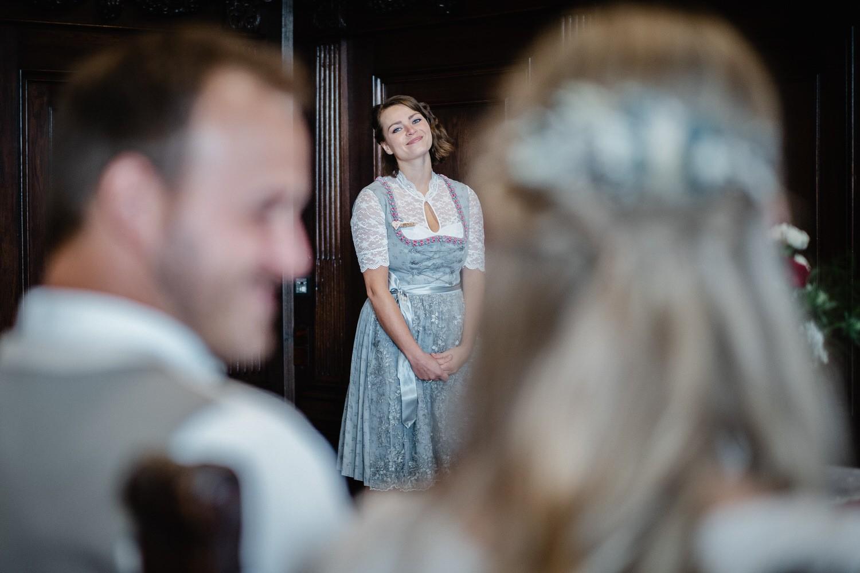 Hochzeit im Standesamt Passau, kleiner Rathaussaal, die Sängerin schaut zum Brautpaar