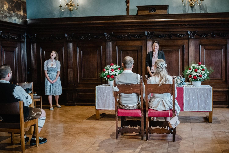Hochzeit im Standesamt Passau, kleiner Rathaussaal, Brautpaar mit Sänergin und Standesbeamtin