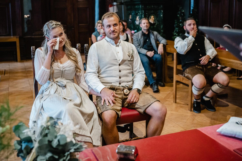Hochzeit im Standesamt Passau, kleiner Rathaussaal, die Braut ist vom Gesang ergriffen