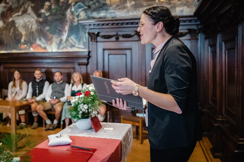 Hochzeit im Standesamt Passau, kleiner Rathaussaal, die Standesbeamtin spricht