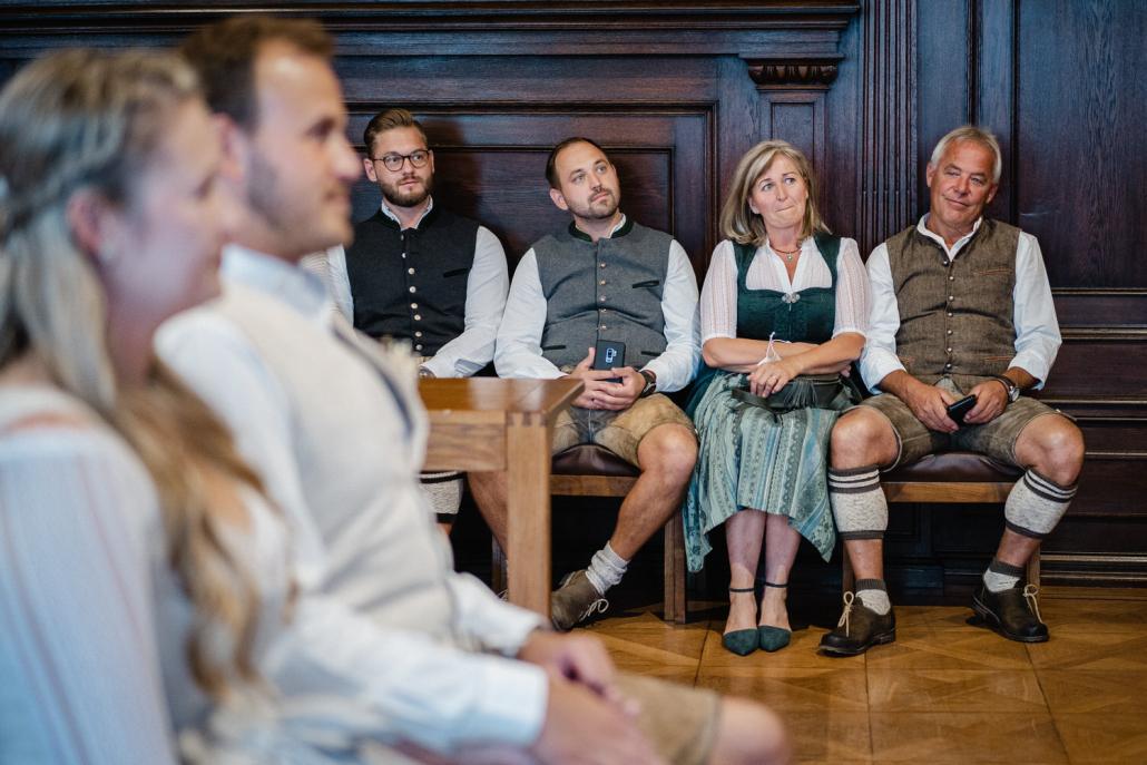 Hochzeit im Standesamt Passau, kleiner Rathaussaal, die Gäste lauschen ergriffen der Sängerin