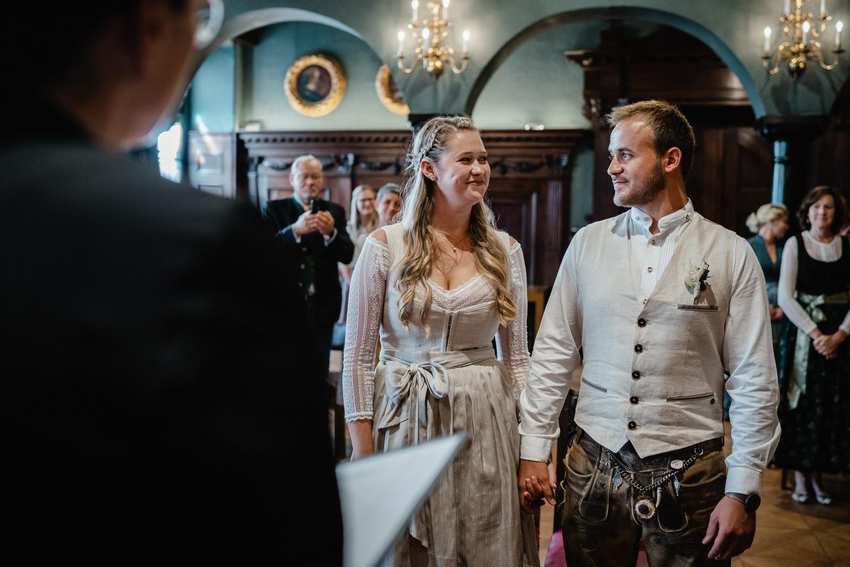 Hochzeit im Standesamt Passau, kleiner Rathaussaal, das Brautpaar kurz vorm Ja-Wort