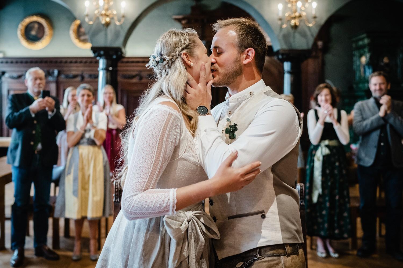 Hochzeit im Standesamt Passau, kleiner Rathaussaal, das brautpaar küsst sich nach dem Ja-Wort