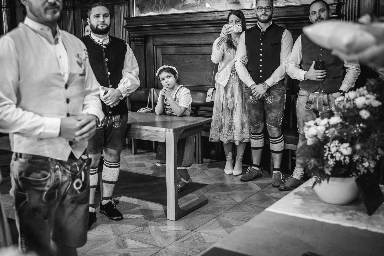 Hochzeit im Standesamt Passau, kleiner Rathaussaal, Kind wartet auf das Ja-Wort