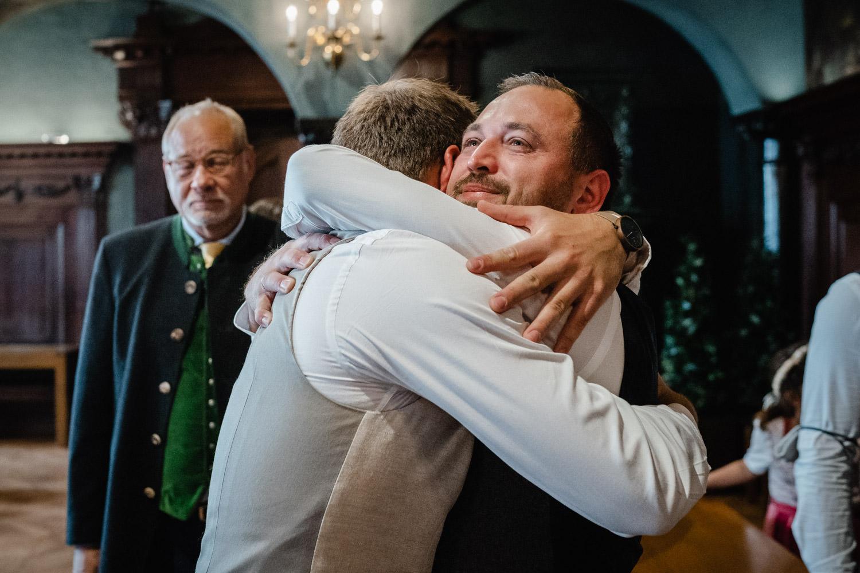 Hochzeit im Standesamt Passau, kleiner Rathaussaal, ein Gast gratuliert dem Bräutigam