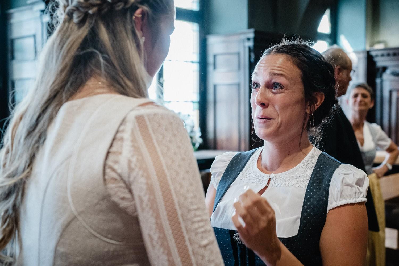 Hochzeit im Standesamt Passau, kleiner Rathaussaal, Tränen der Rührung fliessen bei der Gratulation