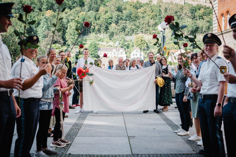 Hochzeit im Standesamt Passau, Freunde und Kollegen warten vor dem Standesamt auf das Brautpaar