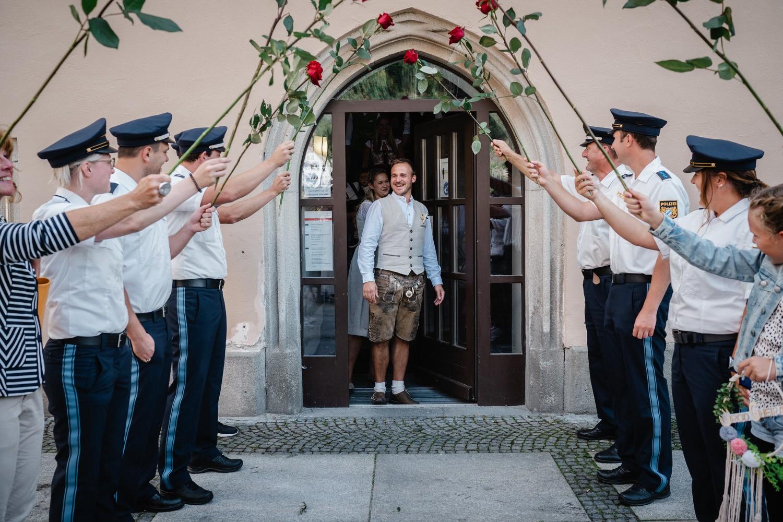 Hochzeit im Standesamt Passau, Paar tritt aus der Tür und wird überrascht