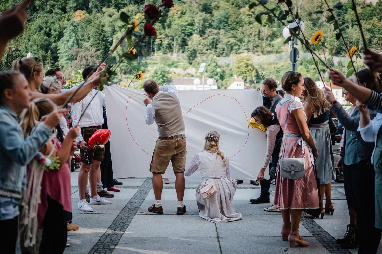 Hochzeit in Passau, Paar schneidet ein Herz aus einem Bettlaken