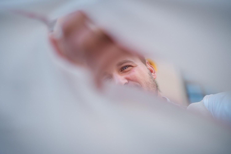 Hochzeit im Standesamt Passau, Bräutigam zerschneidet das Bettlaken