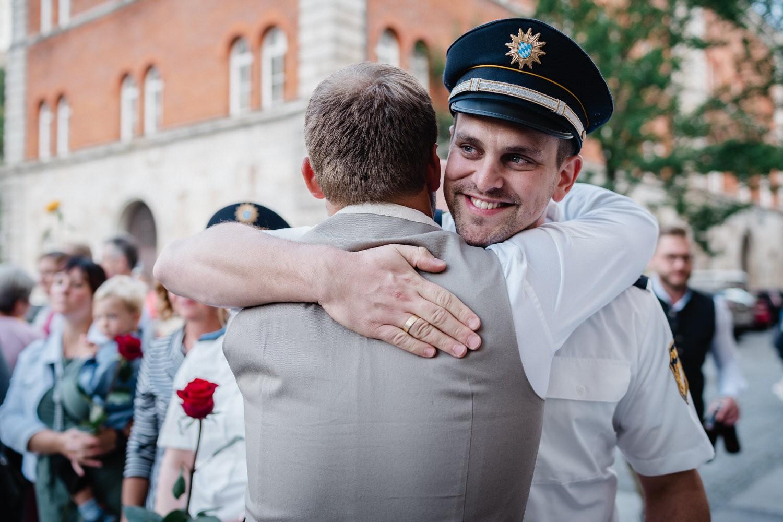 Hochzeit im Standesamt Passau, Gast umarmt Bräutigam