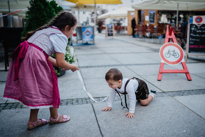 Hochzeit im Standesamt Passau, Kinder spielen auf dem Rathausplatz