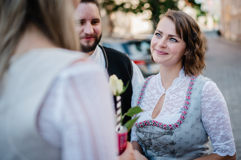 Hochzeit im Standesamt Passau, Gast schaut zur Braut
