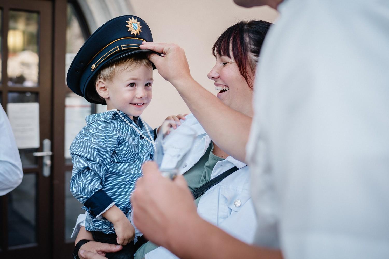 Hochzeit im Standesamt Passau, Junge bekommt eine Polizeimütze aufgesetzt