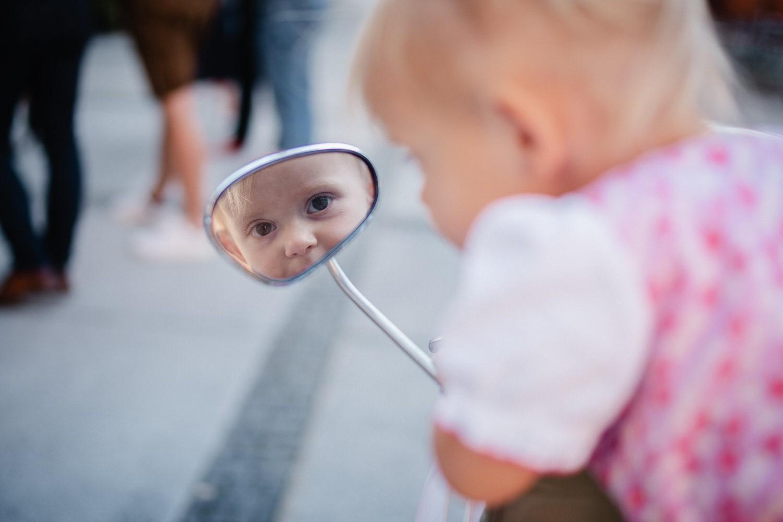Hochzeit im Standesamt Passau, kleines Mädchen schaut in den Rückspiegel