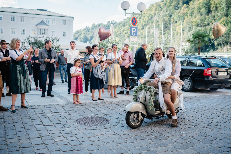 Hochzeit im Standesamt Passau, Brautpaar fährt mit dem Roller los