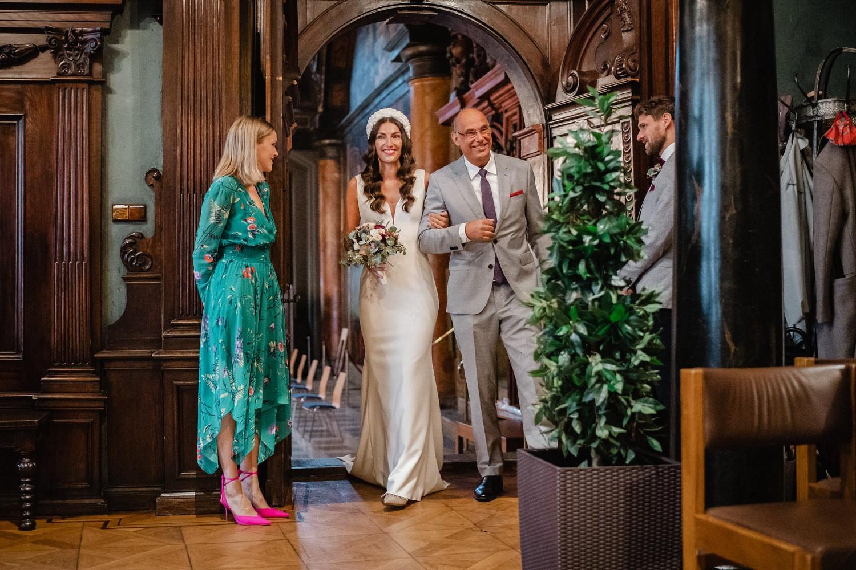 Hochzeit im Standesamt Passau, der Vater bringt die Braut zurm Bräutigam