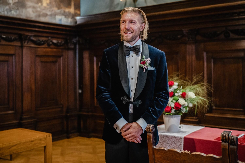 Hochzeit im Standesamt Passau, Bräutigam schaut zur einziehenden Braut