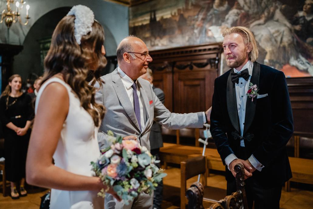 Hochzeit im Standesamt Passau, der brautvater übergibt seine Tochter dem Bräutigam