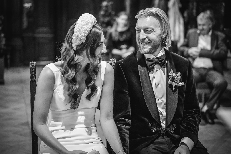 Hochzeit im kleinen Rathaussaal Passau, Brautpaar lacht sich an