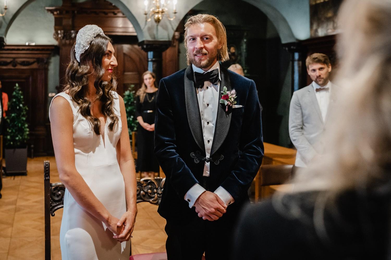 Hochzeit im kleinen Rathaussaal Passau, Brautpaar beim Ja-Wort