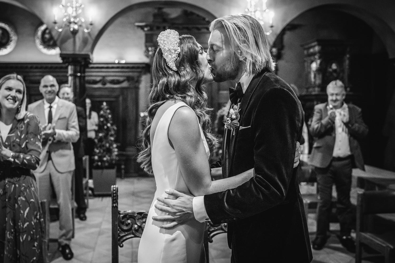 Hochzeit im kleinen Rathaussaal Passau, Brautpaar küsst sich nach dem Ja-Wort