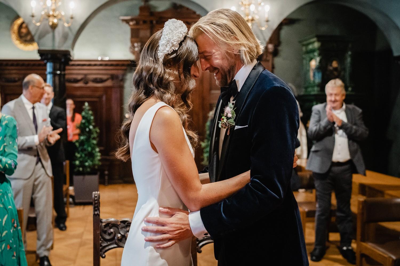 Hochzeit im kleinen Rathaussaal Passau, Brautpaar ist sehr glücklich nach dem Ja-Wort