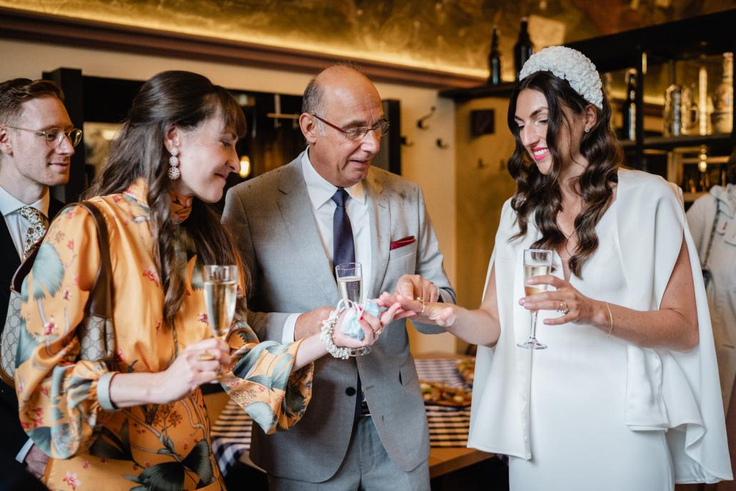 Hochzeit in Passau, die Braut zeigt stolz ihren Ehering