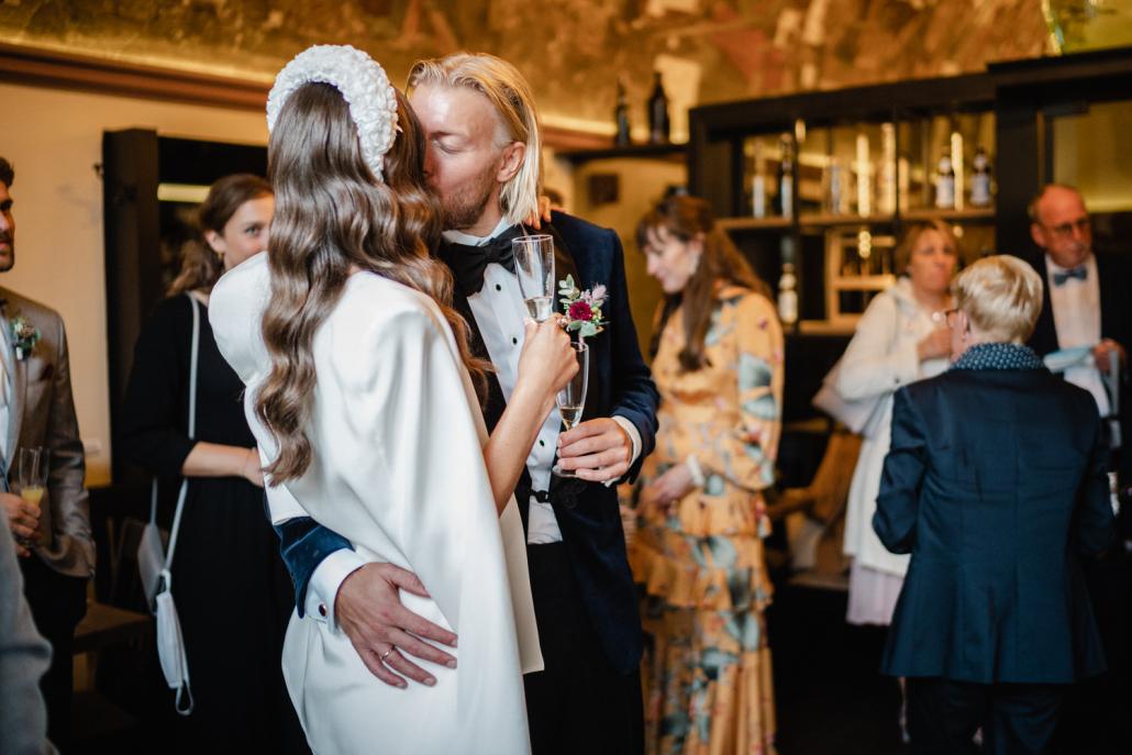 standesamtliche Hochzeit im Löwenbrauhaus Passau, das Brautpaar küsst sich