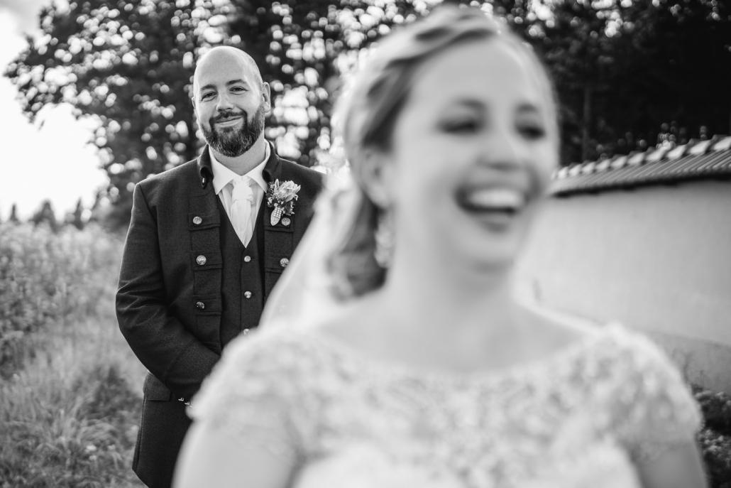 Hochzeit im Waldschlössl Passau, Paarshooting, Braut lacht im Vordergrund