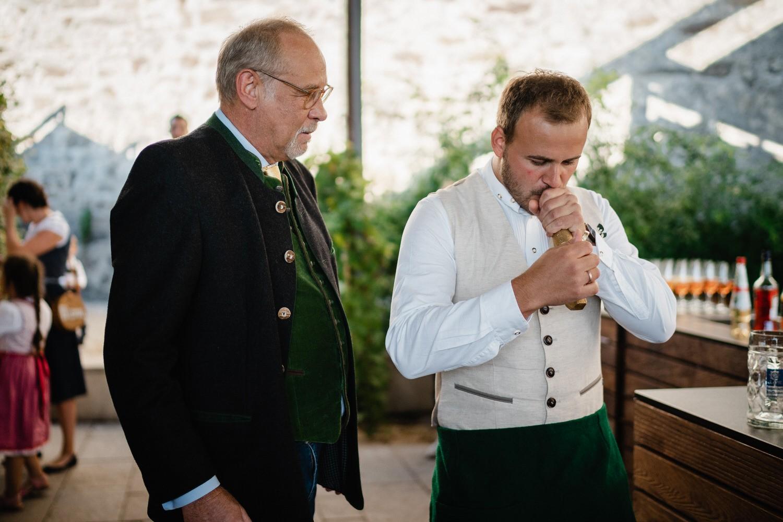 Hochzeit in der Veste Oberhaus Passau, Bräutigam ist bereit für den Fassanstich
