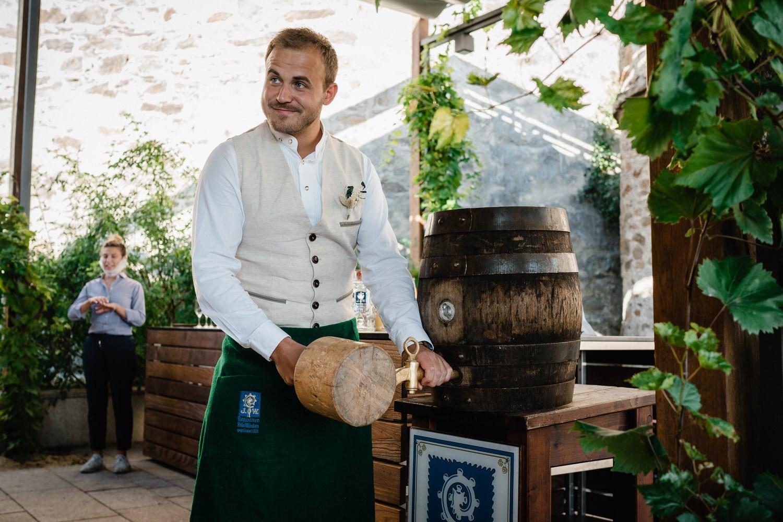Hochzeit in der Veste Oberhaus Passau, Bräutigam sticht das Fass an