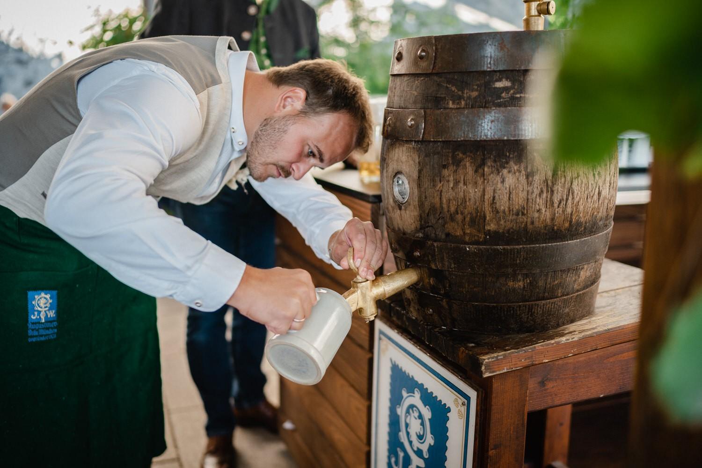 Hochzeit in der Veste Oberhaus Passau, Bräutigam schenkt Bier ein