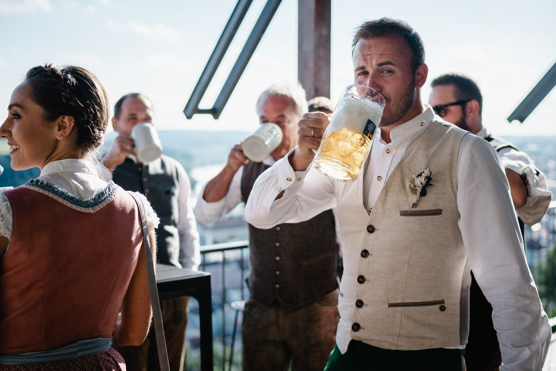 Hochzeit in der Veste Oberhaus Passau, das Brautpaar und die Gäste lassen sich das Bier schmecken