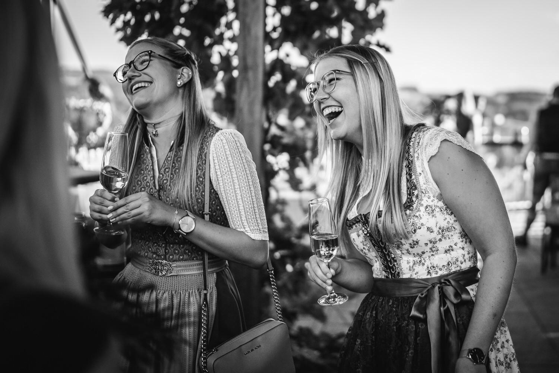 Hochzeit in der Veste Oberhaus Passau, Gäste lachen