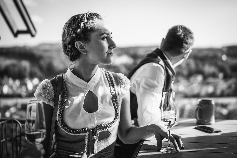 Hochzeit in der Veste Oberhaus Passau, weiblicher Gast im Profil