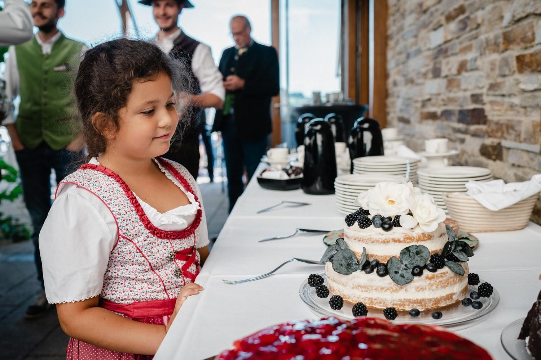 Hochzeit in der Veste Oberhaus Passau, ädchen blickt auf die Hochzeitstorte
