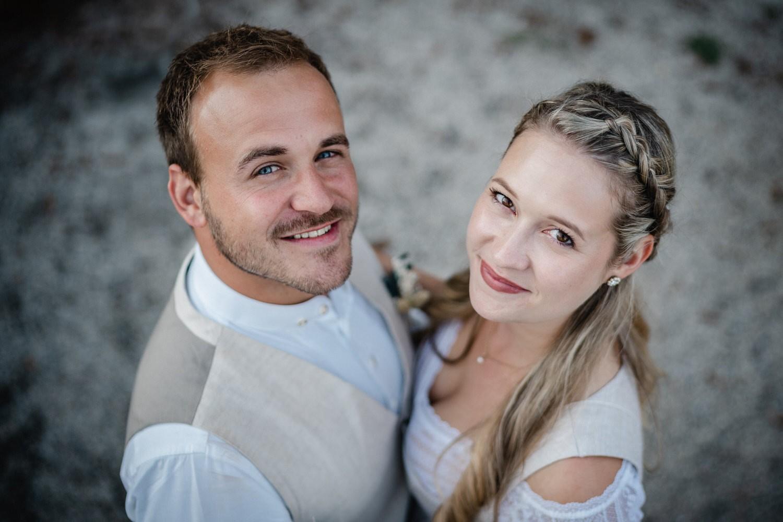 Hochzeit in der Veste Oberhaus, Paarshooting, Brautpaar blickt in die Kamera