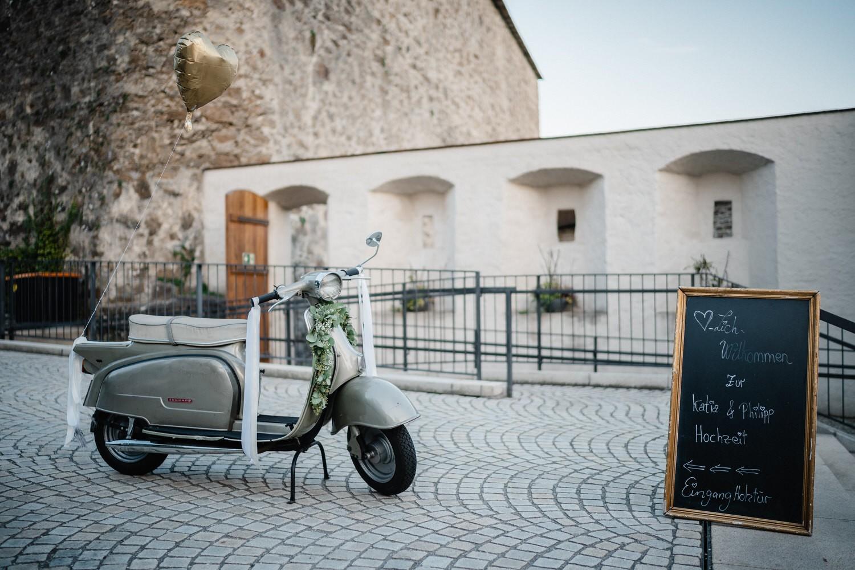 Hochzeit in der Veste Oberhaus Passau, Paarshooting, der Zündapp-Roller steht vor der Location