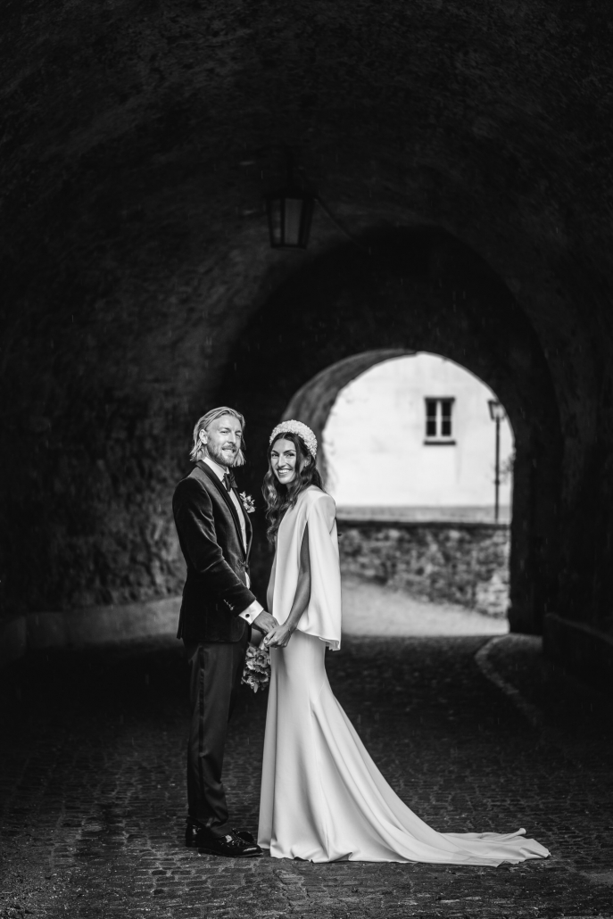 Hochzeit in Passau, Veste Oberhaus, Paarshooting, das Brautpaar blickt in die Kamera