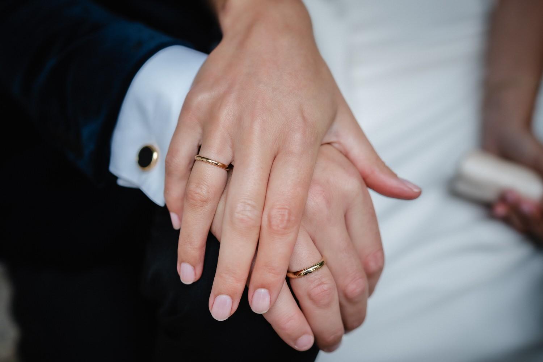 Hochzeit auf der Veste Oberhaus, Paarshooting, Nahaufnahme der Hände und Ringe