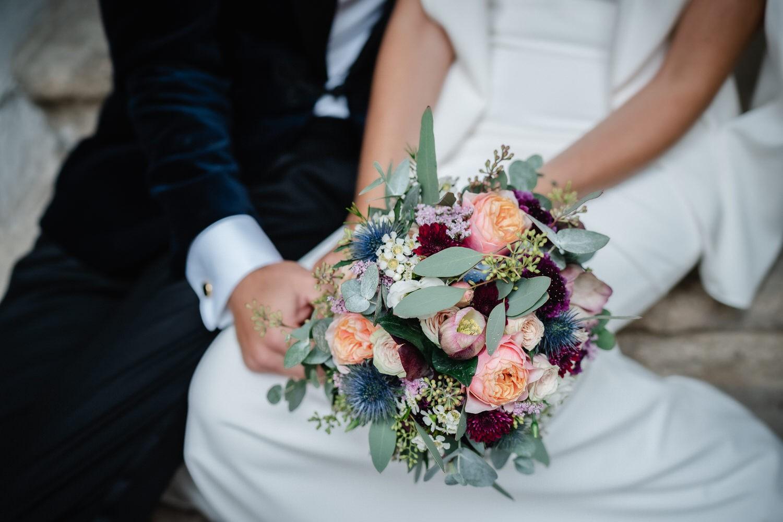Hochzeit auf der Veste Oberhaus, Paarshooting, Nahaufnahme des Brautstrausses