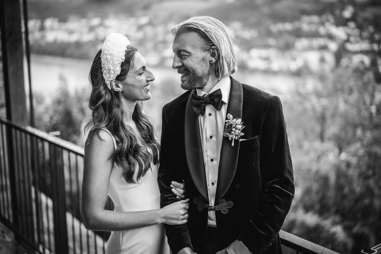Hochzeit auf der Veste Oberhaus, Paarshooting, Brautpaar steht vor der Stadtkulisse Passaus