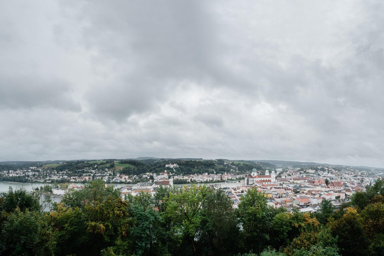 Hochzeit auf der Veste Oberhaus, Paarshooting, Blick auf die Stadt Passau