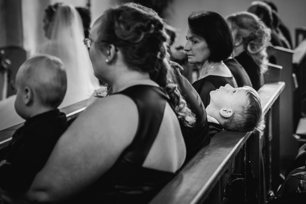 Hochzeit in Ortenburg, kleiner Junge hofft, dass die Trauung bald vorbei ist