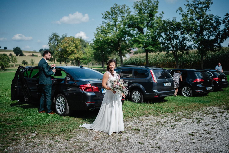 kirchliche Hochzeit in Grongörgen, Bad Birnbach, das Brautpaar und die Gäste kommen bei der Kirche an